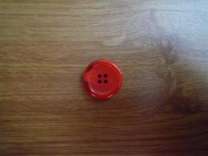 Knapp 4-håls 25.5mm fg. 4/124 Röd